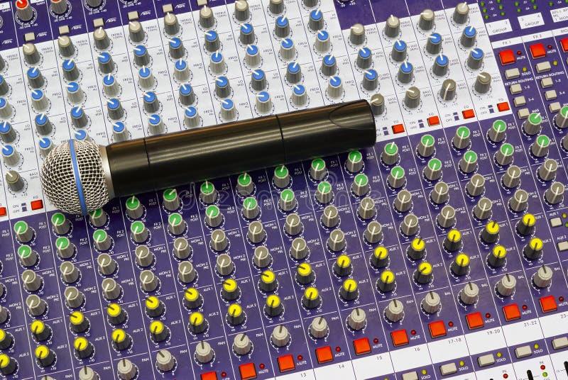 skrivbordmikrofonblandning arkivbilder
