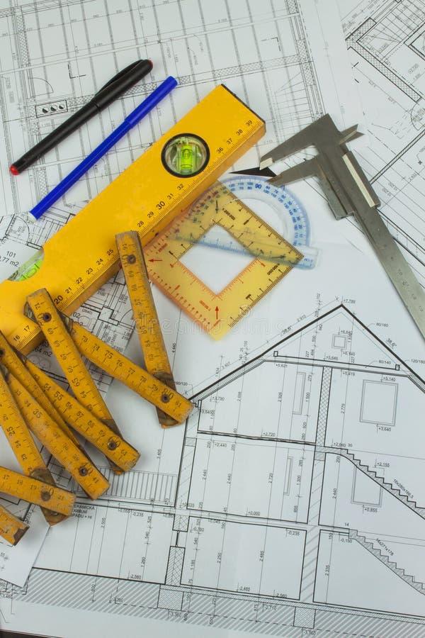 Skrivbordprojektarbetsledare Plan av byggnad Arkitektoniskt projekt r royaltyfria bilder