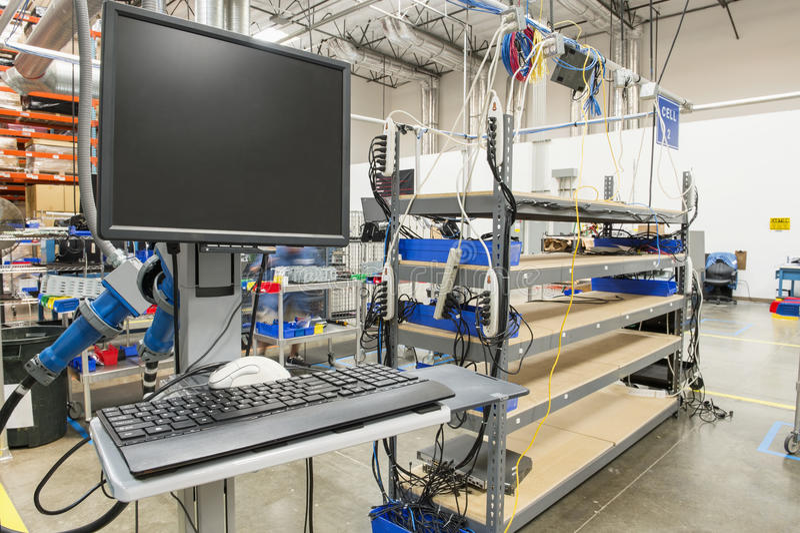 Skrivbords- dator i fabriks- bransch fotografering för bildbyråer