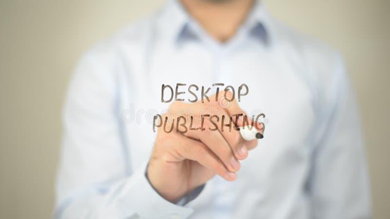 Skrivbords- publicera, manhandstil på den genomskinliga väggen arkivfoto