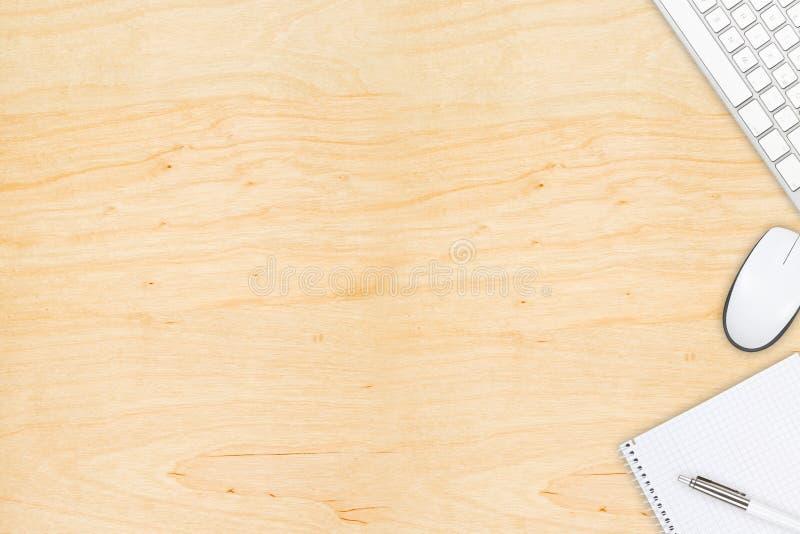 Skrivbords- sikt för brunt träkontor med datormusen och keyboa royaltyfri foto