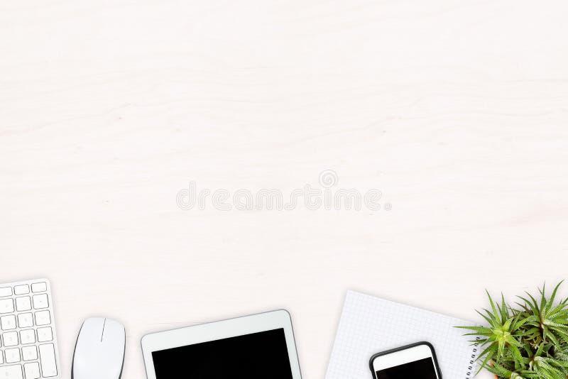 Skrivbords- sikt för vitt träkontor med datortangentbordet, minnestavla arkivfoto