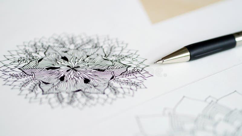 Skrivbords- siktspenna för konstnär, teckning för hand för blyertspennamandalablomma blom- royaltyfria bilder