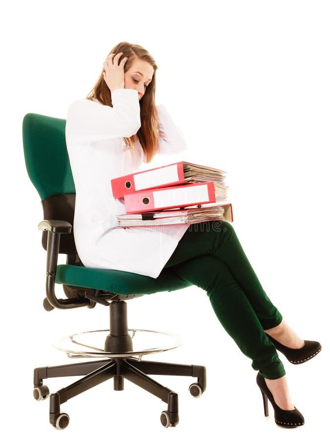 skrivbordsarbete Överansträngd doktorskvinna med dokument royaltyfri fotografi