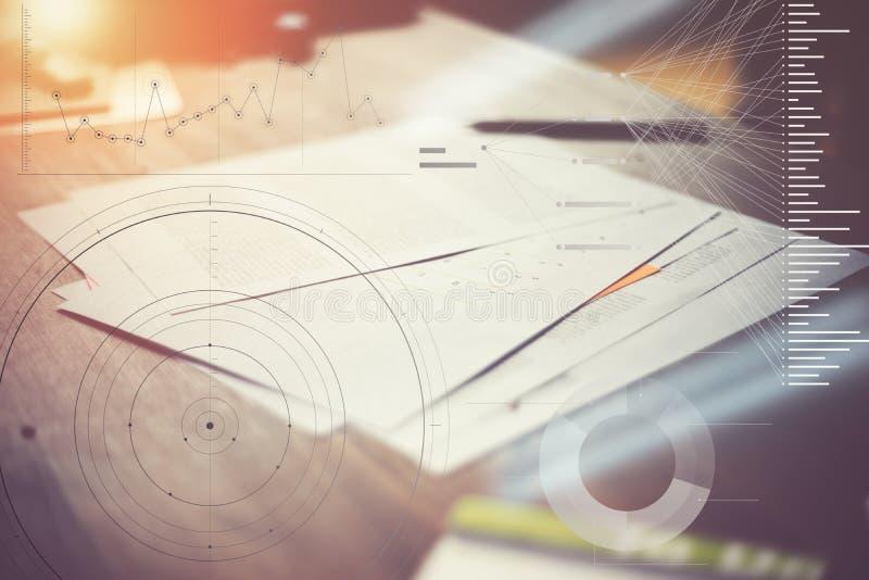 Skrivbordsarbete på tabellen Marknadsföringsplan i regeringsställning Statistikgrafsamkopiering, symbolsinnovationmanöverenhet royaltyfri fotografi