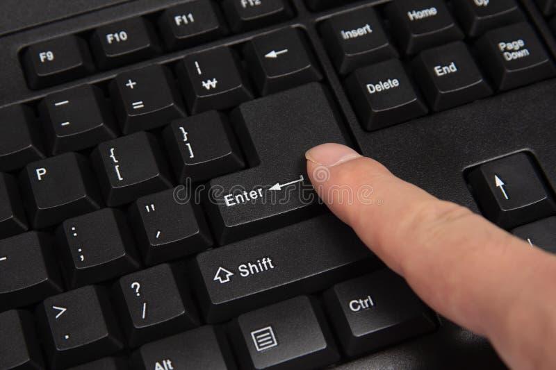 skriver in den täta datoren för black upp det fokuserade key tangentbordet Fokuserat på & x27; Enter& x27; tangent fotografering för bildbyråer