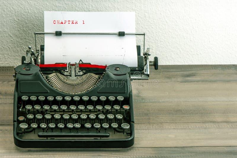 Skrivmaskin med vitboksidan royaltyfri bild