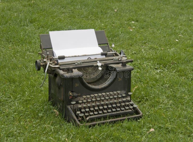 Skrivmaskin på gräsmattan royaltyfri foto