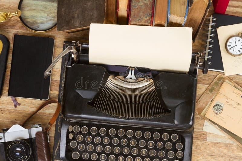 Skrivmaskin på tabellen royaltyfri fotografi