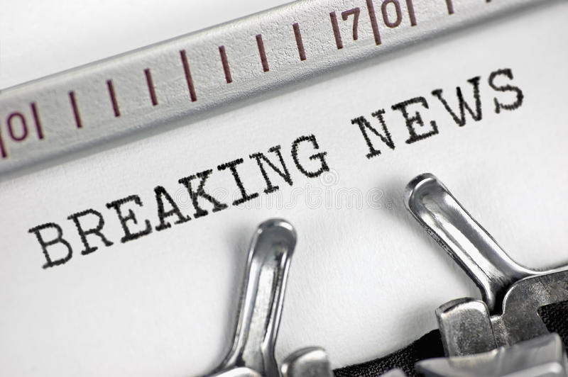 Skrivmaskin specificerad breaking news för text för makrocloseupmaskinskrivning, stor detaljtappningpress, TV, radio, internetmas arkivbilder