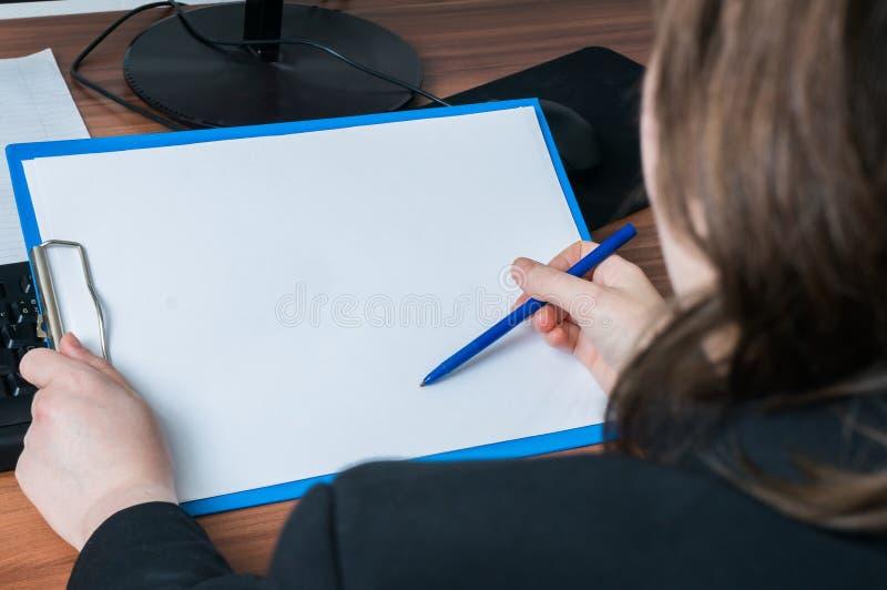 Skrivplatta för håll för affärskvinna tom i regeringsställning Töm ramen för arkivbilder