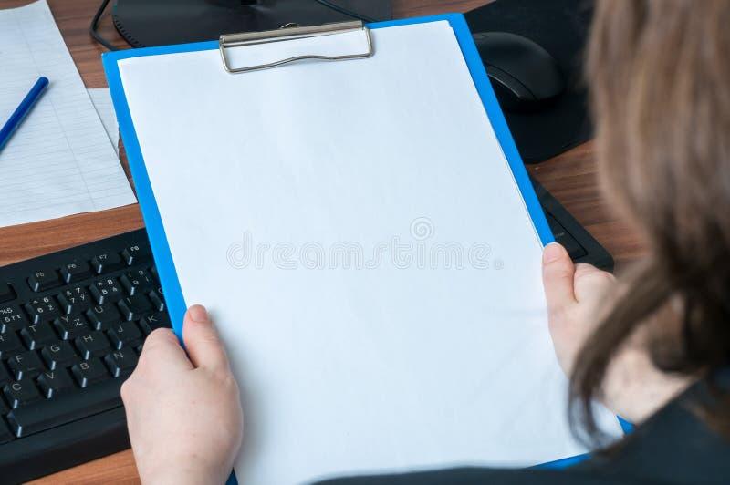 Skrivplatta för håll för affärskvinna tom i regeringsställning Töm ramen för fotografering för bildbyråer
