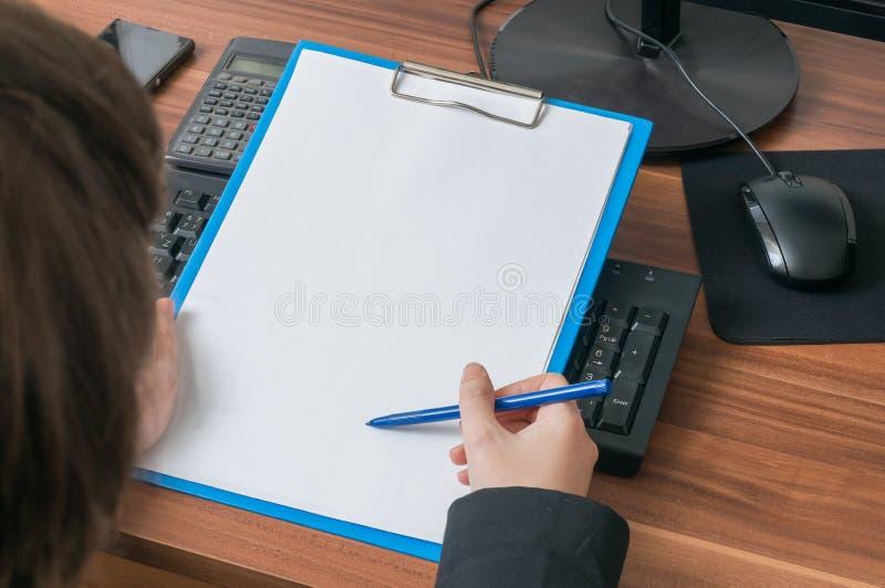 Skrivplatta för håll för affärskvinna tom i regeringsställning Töm ramen för royaltyfria bilder