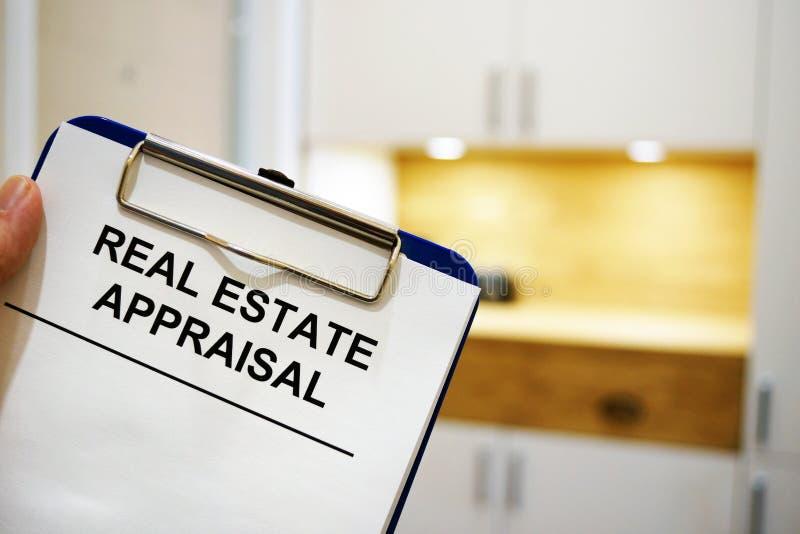 Skrivplatta med fastighetvärdering arkivbild