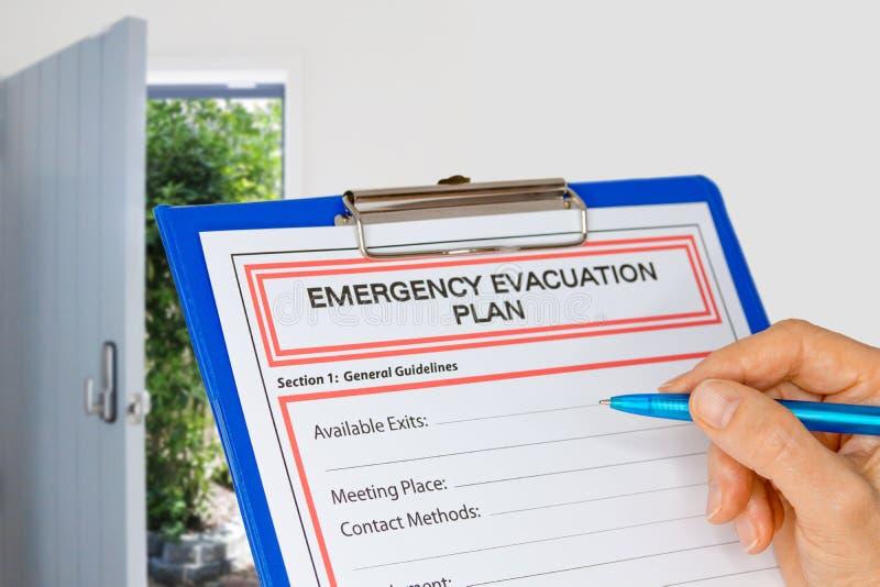 Skrivplatta med nöd- evakueringsplan bredvid utgångsdörr arkivbilder
