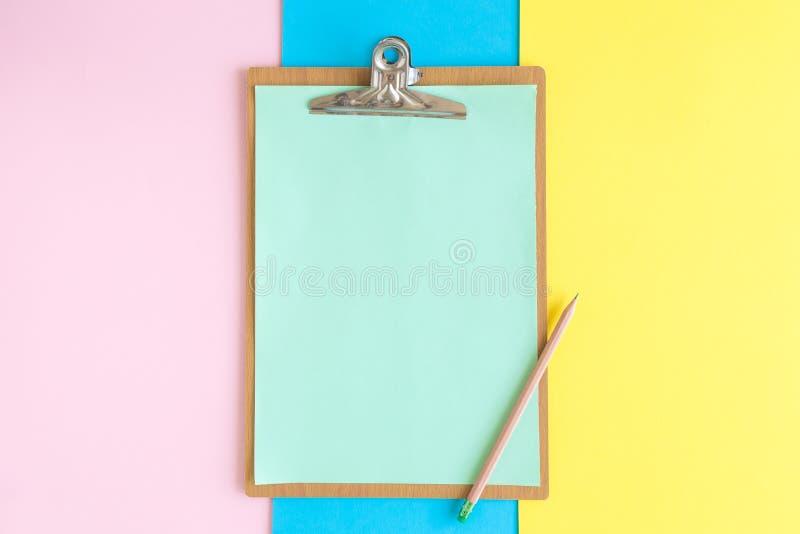 Skrivplatta och träblyertspenna på mångfärgat bakgrundsabstrakt begrepp Utrymme f?r kopierar arkivbilder