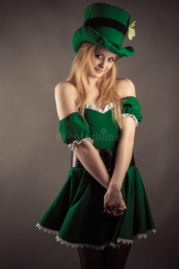 Skromna dziewczyna w zieleni sukni w wizerunku leprechaun obraz royalty free