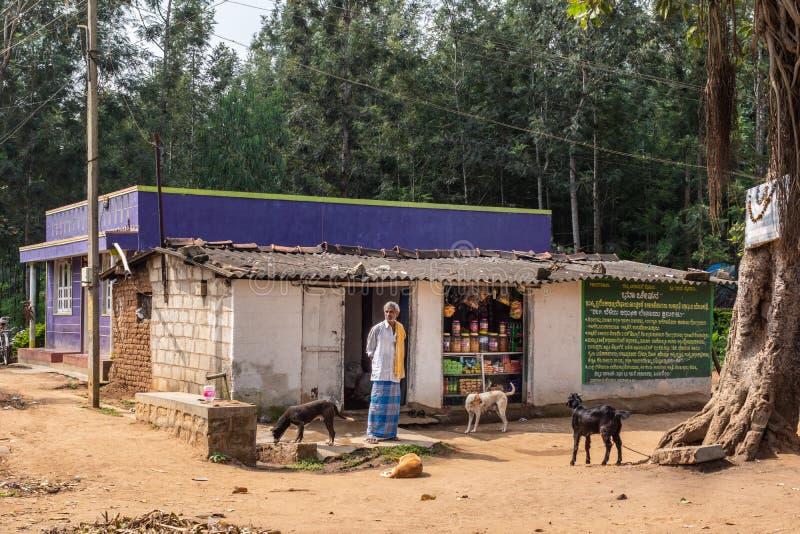 Skromnie sklep spożywczy w Belathur Karnataka India obrazy royalty free