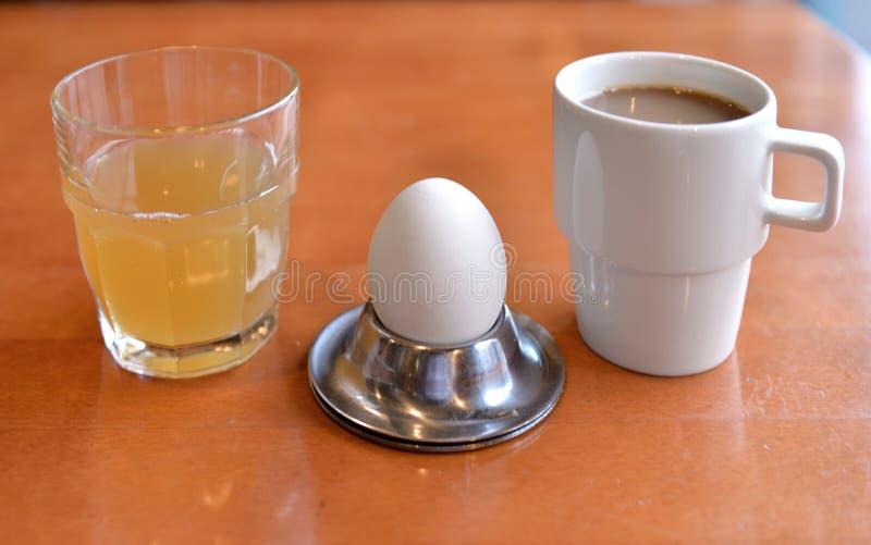 Skromny śniadaniowy jajko, sok i kawa, fotografia royalty free