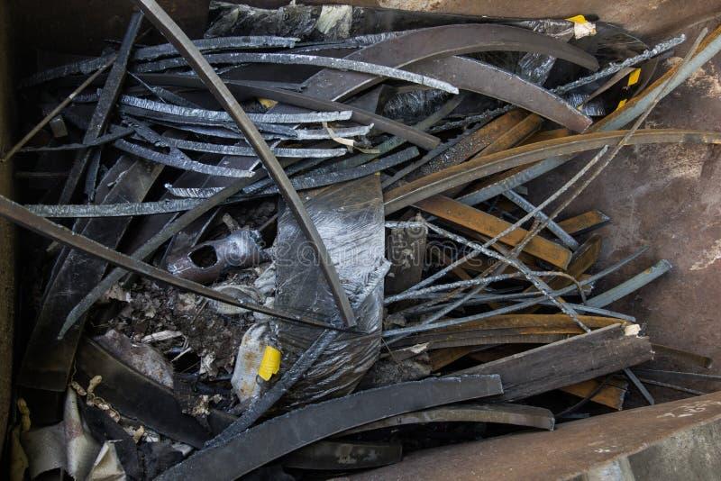 Skrota stål av rostig metallskrot från konstruktion royaltyfria bilder