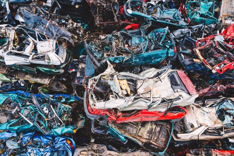 Skrotade bilar som staplas på en restgård royaltyfri fotografi