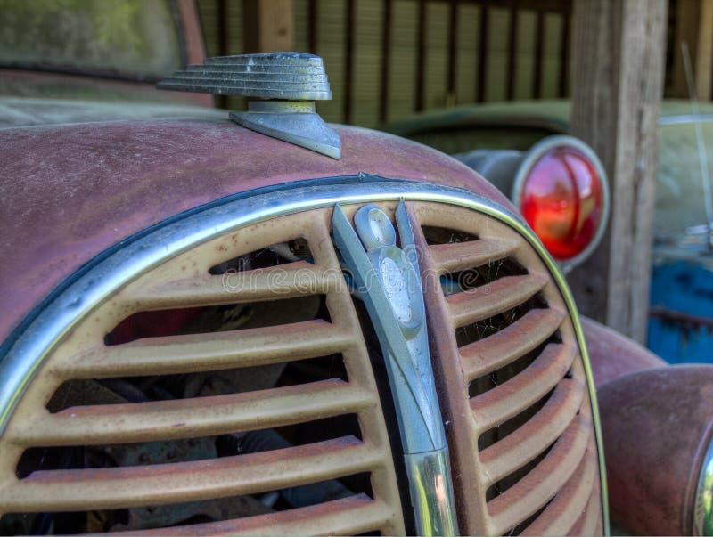 Skrotbilar p? den gamla bilstaden Vitt GUMMIN arkivbilder