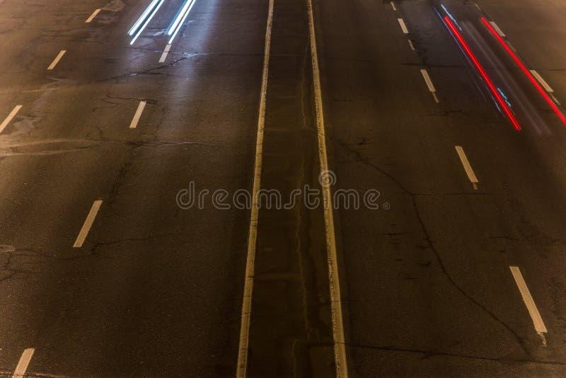 skrovlighet sikt av huvudvägen över synlig textur av asfalt- och vägteckning arkivbilder