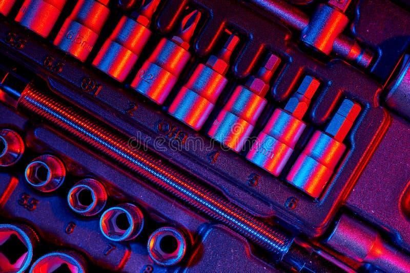 Skruvmejselbitar i reparationshjälpmedelsatsen Blandad belysning royaltyfria bilder