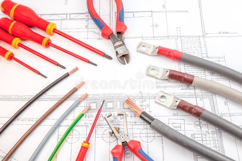 Skruvmejslarna för elektriska kablar, trådskärare fotografering för bildbyråer