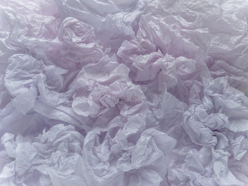 Skrynkliga bleka rosaaktiga violetta ark för emballagepapper royaltyfri fotografi