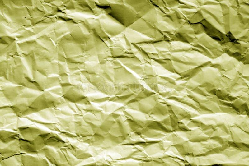 Skrynkligt ark av papper i gul signal arkivfoton