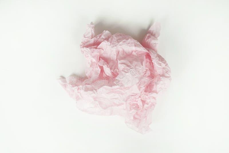 Skrynkligt ark av rosa blom- förpackande papper på vit bakgrund arkivfoton
