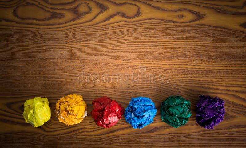 Skrynkligt färgrikt papper arkivfoton