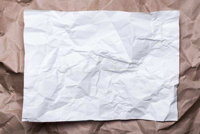 Skrynkligt kräm- hantverkpapper som en ram och vitbok, bakgrundstextur royaltyfri foto