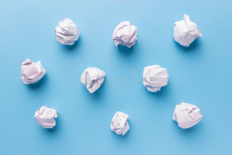 Skrynkligt papper på den vita tabellen arkivfoton