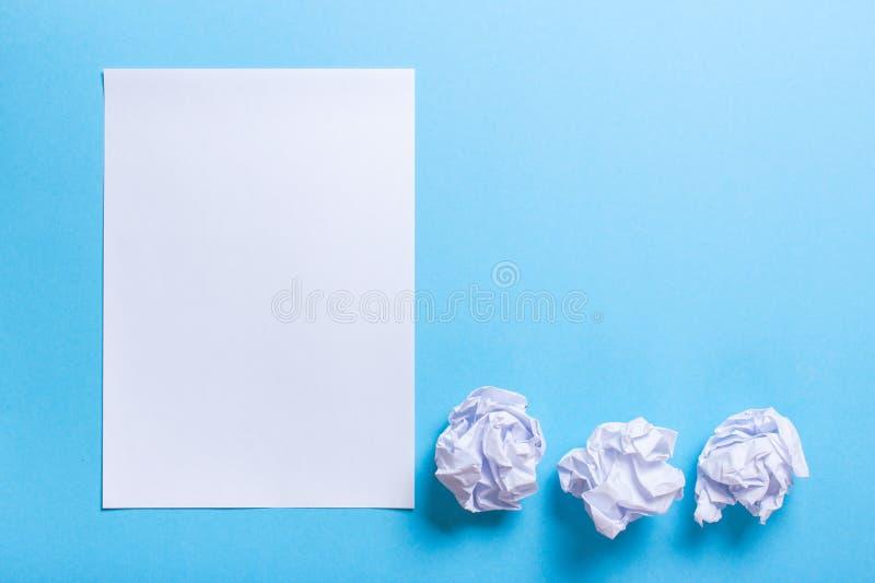 Skrynkligt pappers- boll och rent ark royaltyfria foton