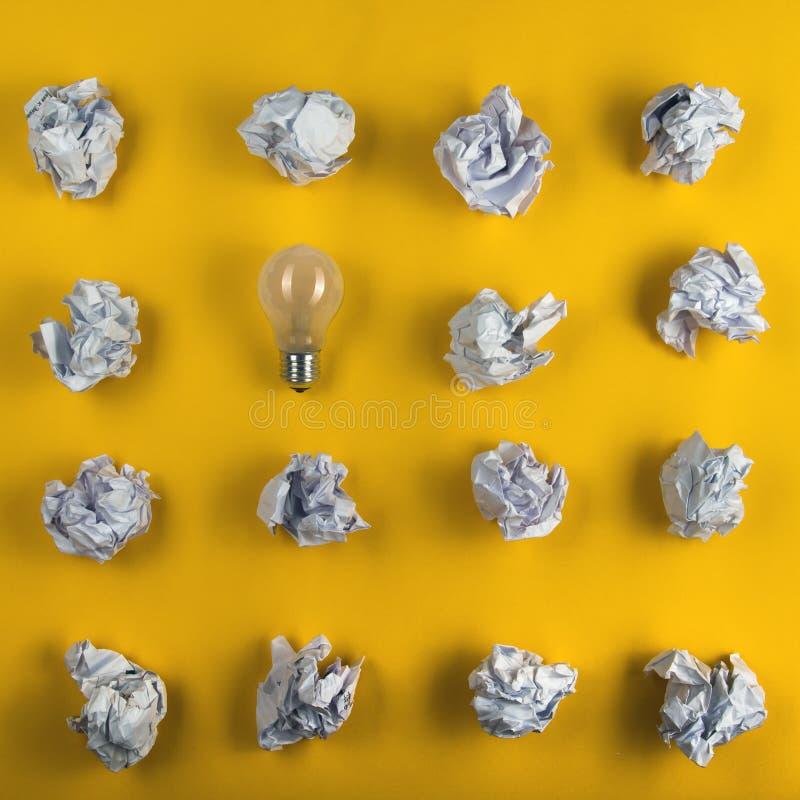 Skrynkligt pappersbollar och tomt ark av papper med blyertspennan på gul bakgrund Pappers- bunt blank kreativitet skrynkliga pape royaltyfri bild