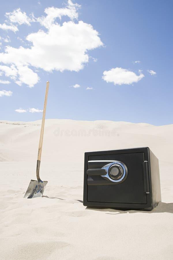 Skrytka i rydel w pustyni fotografia stock