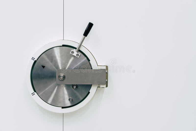 Skrytki robić srebny metal na białym tle obraz stock