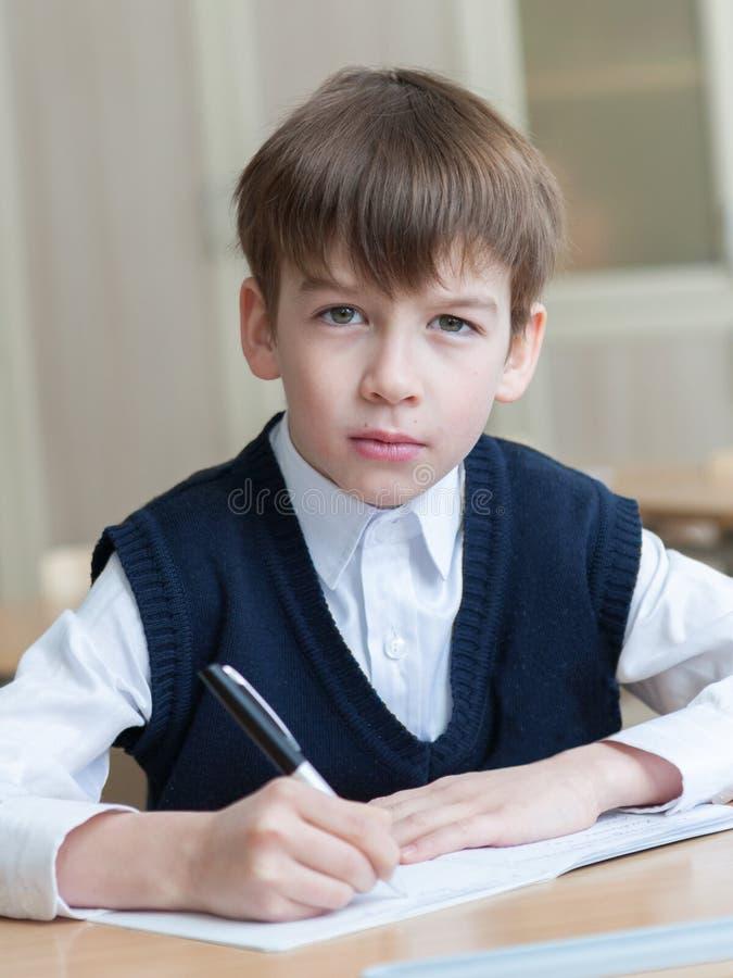 Skrzętny studencki obsiadanie przy biurkiem, sala lekcyjna zdjęcie royalty free