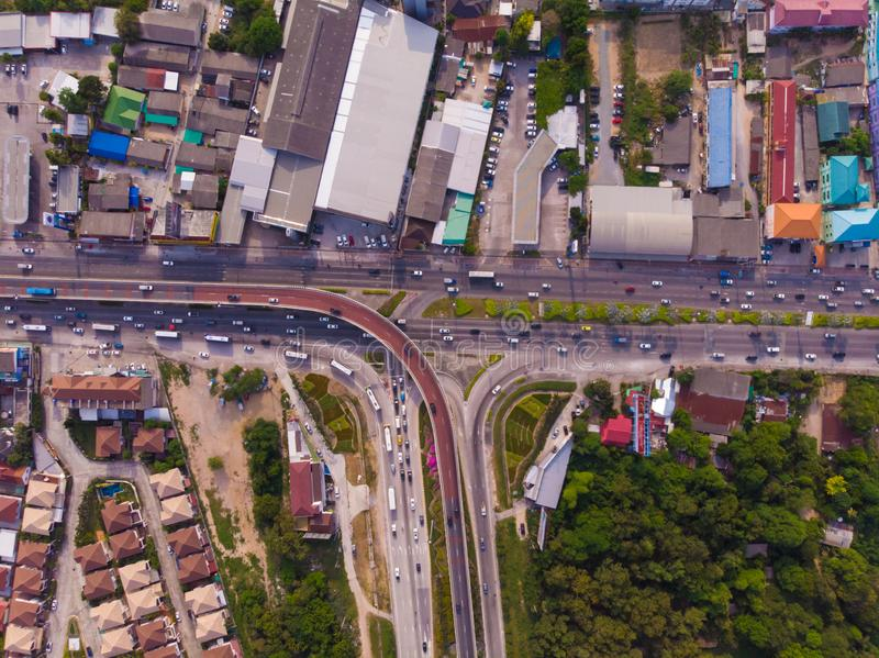 Skrzyżowanie autostrady w obszarze wiejskim od zielonej plantacji od ptaka oka widoku w Tajlandia, odgórny widok zdjęcie stock