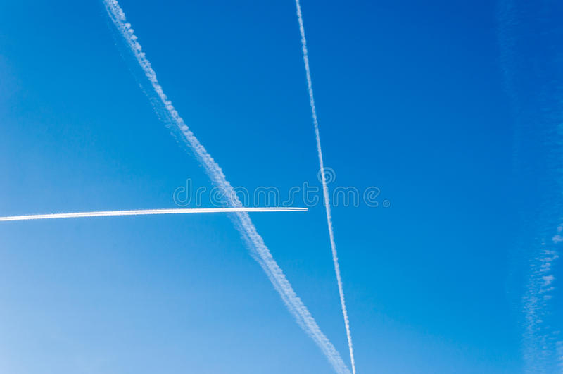 Skrzyżowanie contrails samoloty przeciw błękitnemu lata niebu zdjęcie royalty free