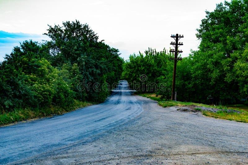 Skrzyżowanie wiejska droga z brud powierzchnią wiejski krajobraz samochód w odległości zdjęcia royalty free