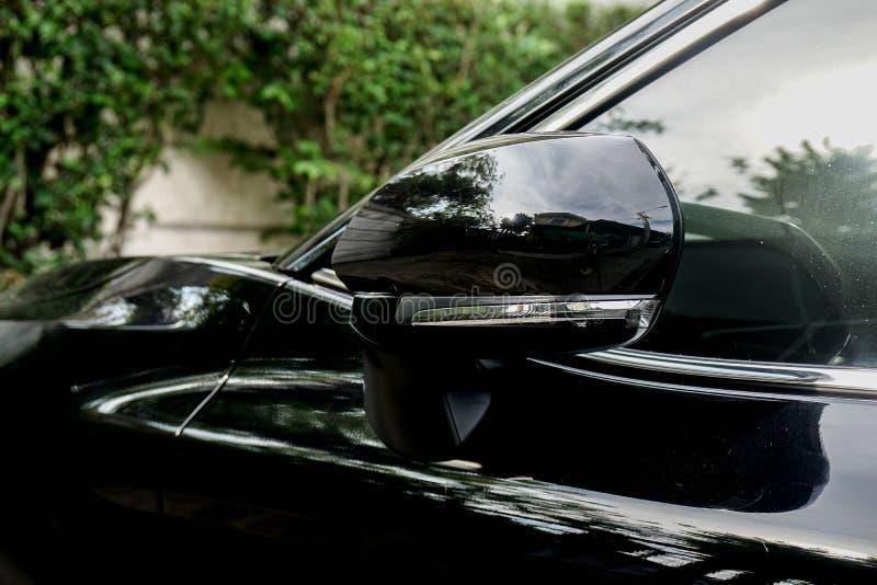 Skrzydłowy lewy lustro czarny luksusowy samochód zdjęcia royalty free