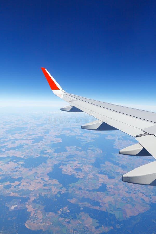 Skrzydłowy samolotu latanie nad ziemia przy wysokością 10.000 metrów obrazy stock