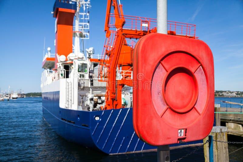 Skrzynka lifebelt blisko statku zdjęcia stock