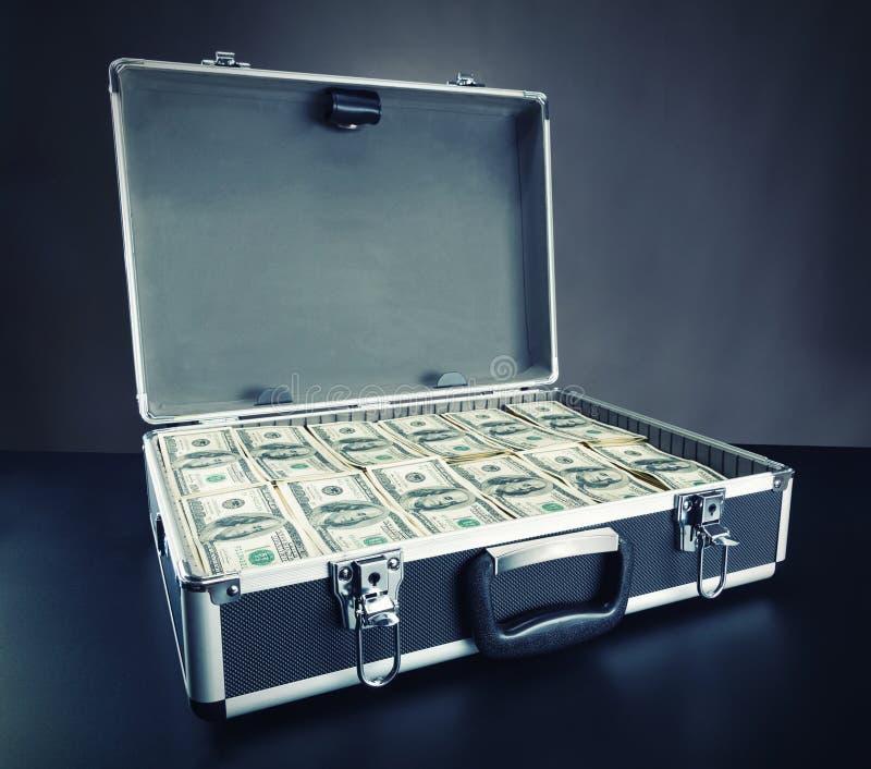 Skrzynka pełno pieniądze na szarym tle zdjęcia royalty free
