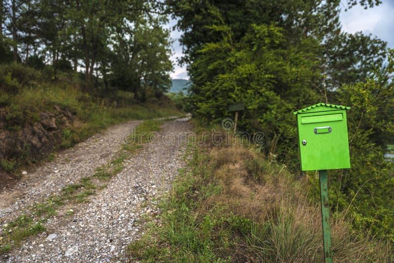 Skrzynka pocztowa na ścieżce obraz stock