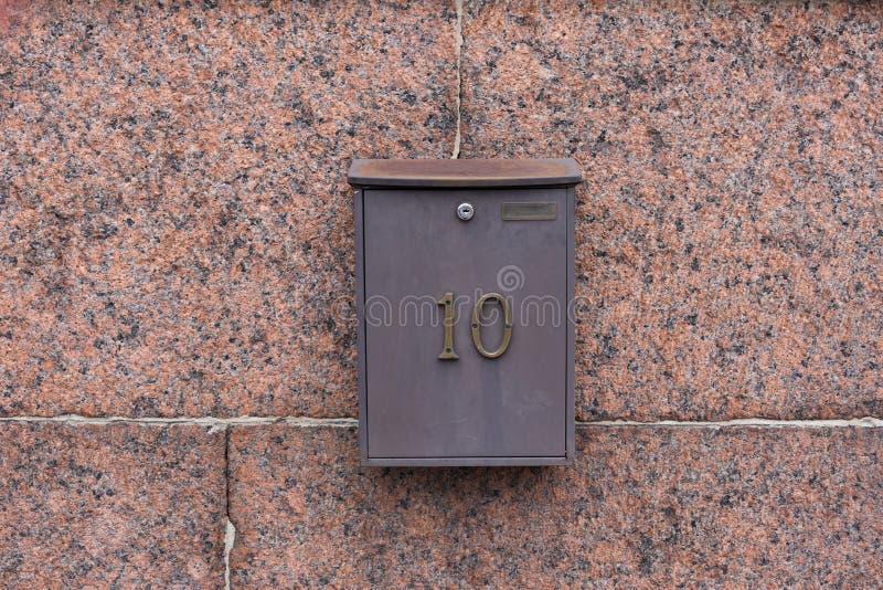 Skrzynka pocztowa na czerwieni ścianie fotografia royalty free