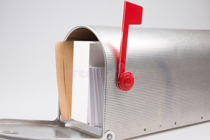Skrzynka pocztowa przelewa się z pocztą wystawia rachunek dżonki poczty emaili i innej niechcianej korespondencji obrazy royalty free